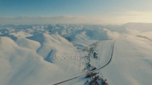 Zima v horách. Létání nad silnicí v zimě