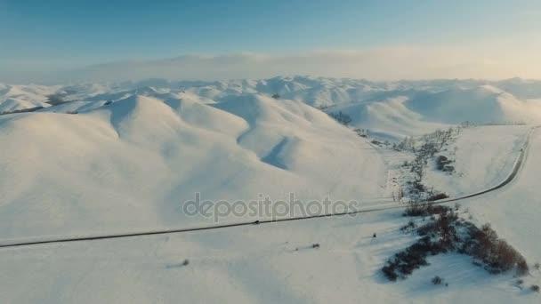 Zima v horách. Létání nad silnicí v zimě.