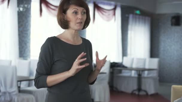 Žena mluví k publiku