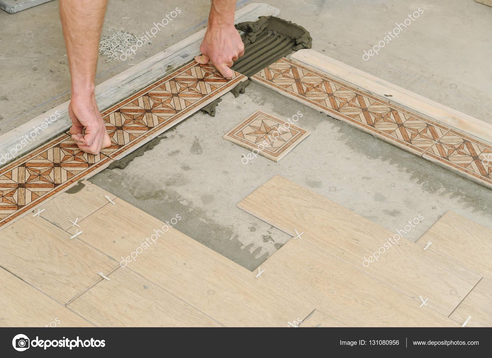Tegels Over Tegels.Werknemer Tegels Op De Vloer Zetten Stockfoto C Yunava1 131080956
