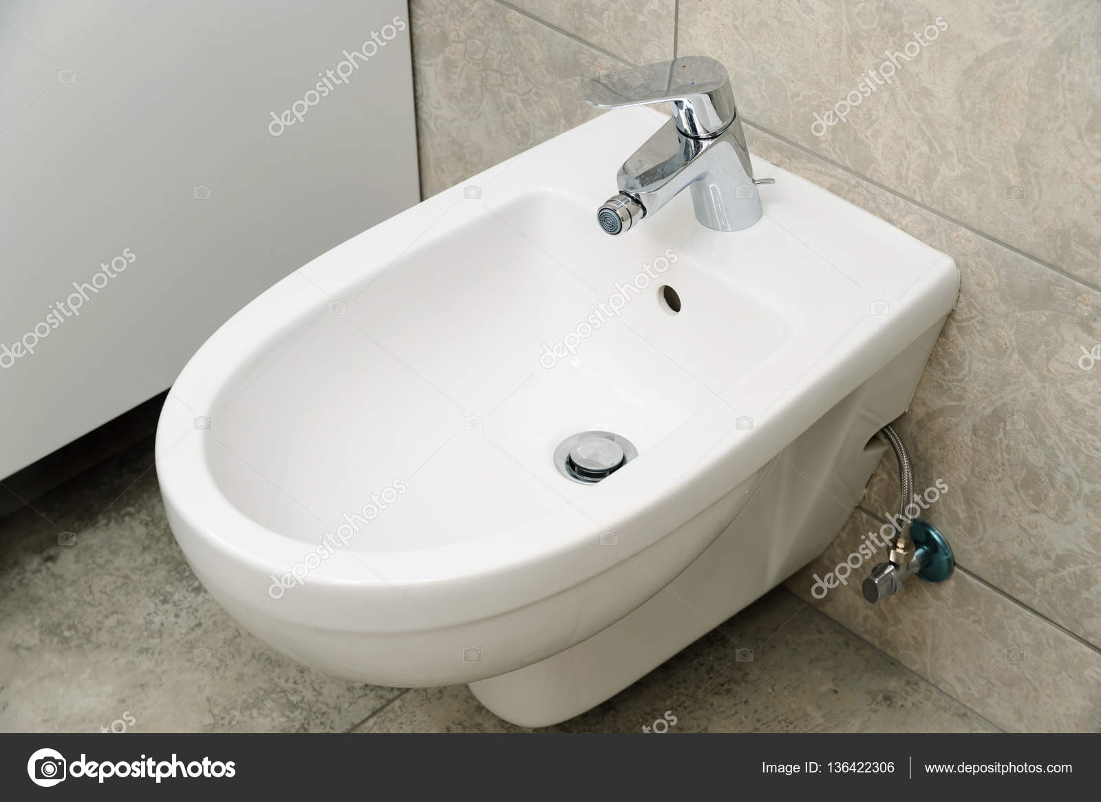 Bid suspenso de parede stock photo yunava1 136422306 for Desague bidet