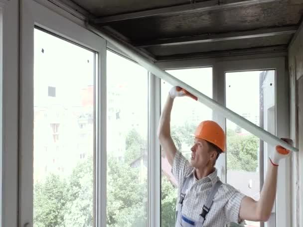 Pracovník je zvýšení sádrokartonové desky