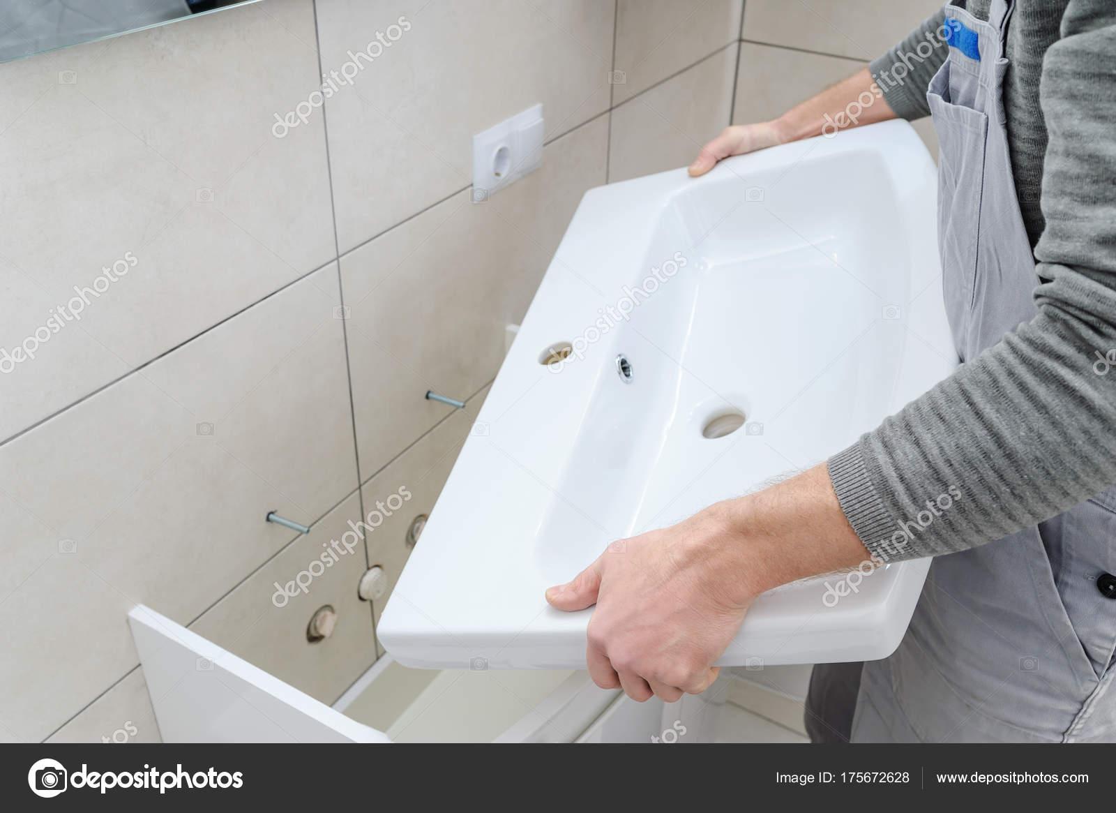 Installation das Waschbecken im Badezimmer — Stockfoto © Yunava1 ...