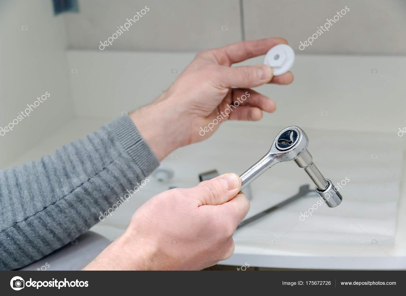 Badezimmer Installation, installation das waschbecken im badezimmer — stockfoto © yunava1, Design ideen
