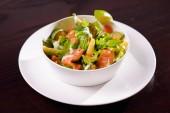 Saláta zöldek, a hal és a piros paprika
