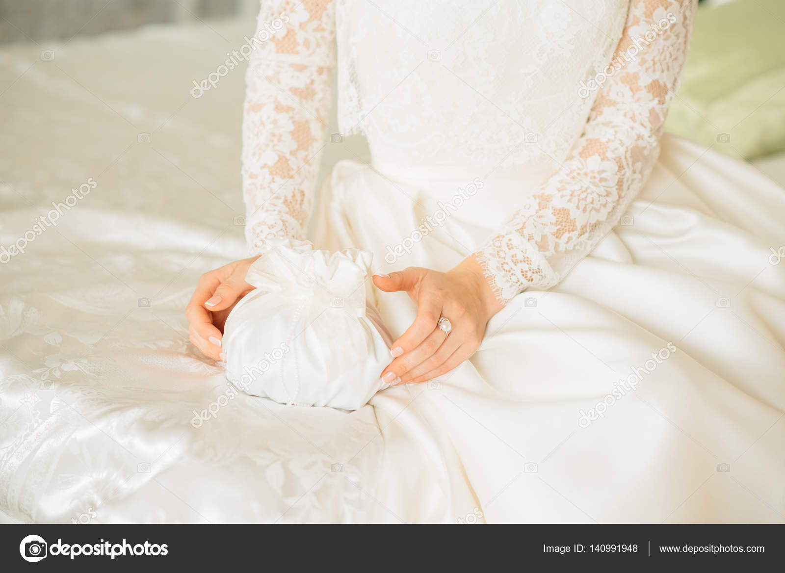 ea91ce342b Η νύφη βγάζει ένα κουτί λευκό τσάντα με βέρες ή ένα δώρο — Φωτογραφία  Αρχείου