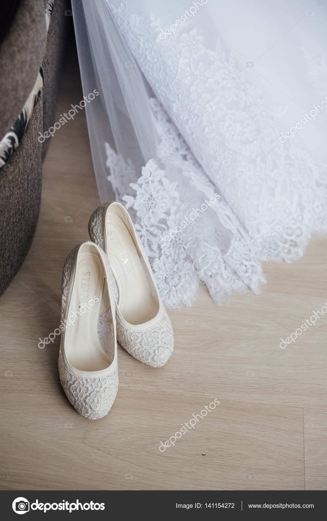 schöne Hochzeitskleid und Schuhe — Stockfoto © zakharovaleksey ...