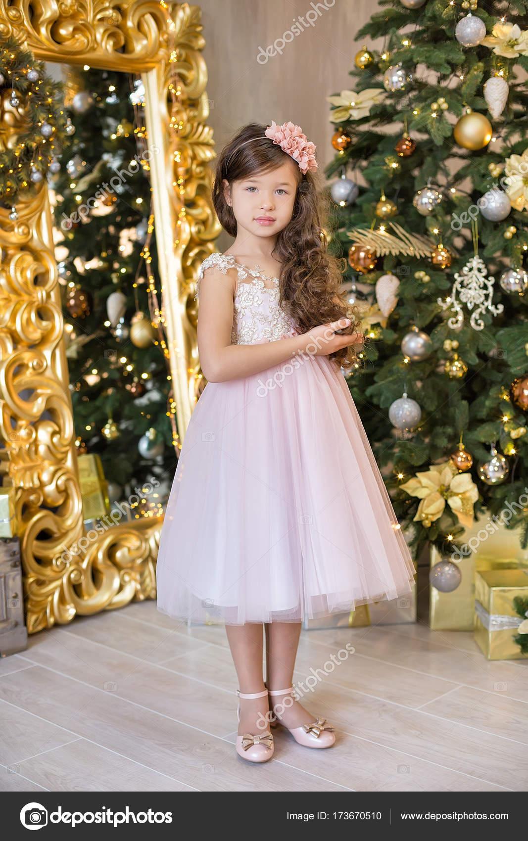 Weihnachtsfeier. Niedliche kleine Mädchen in einem wunderschönen ...