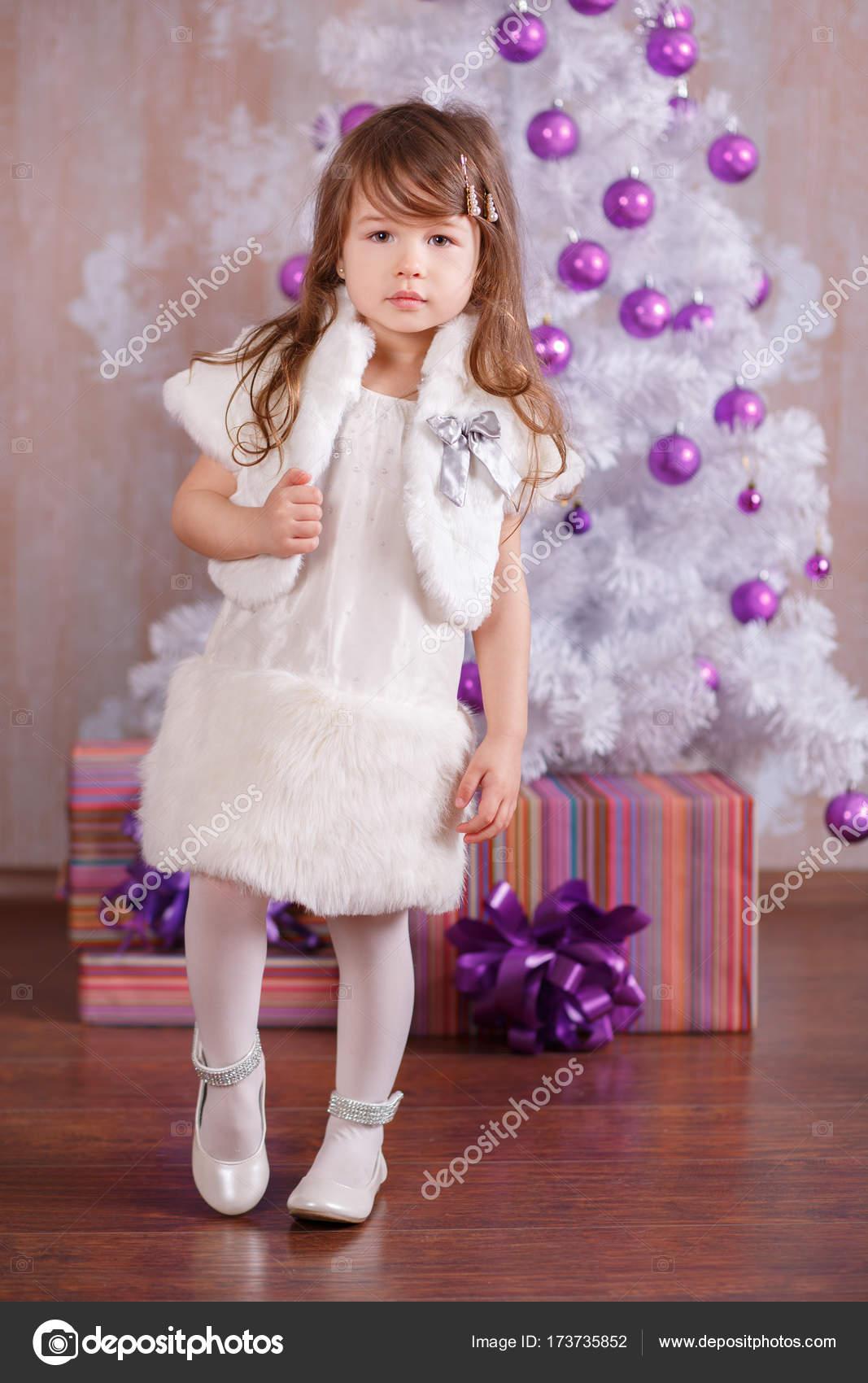 c65822ad93d Νεαρή μελαχρινή κουκλίτσα κυρία κορίτσι κομψά ντυμένοι σε ζεστό ...