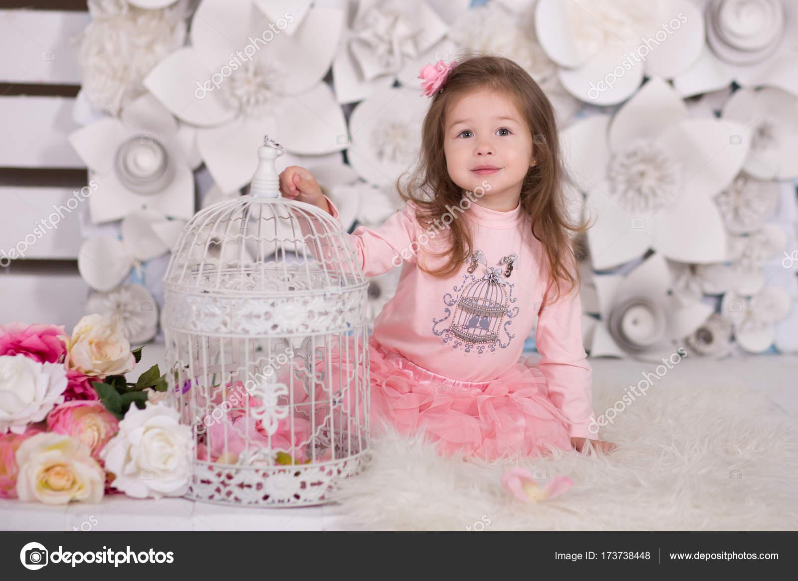 niña de la muñeca con el pelo de Morena elegante vestido en camisa ...