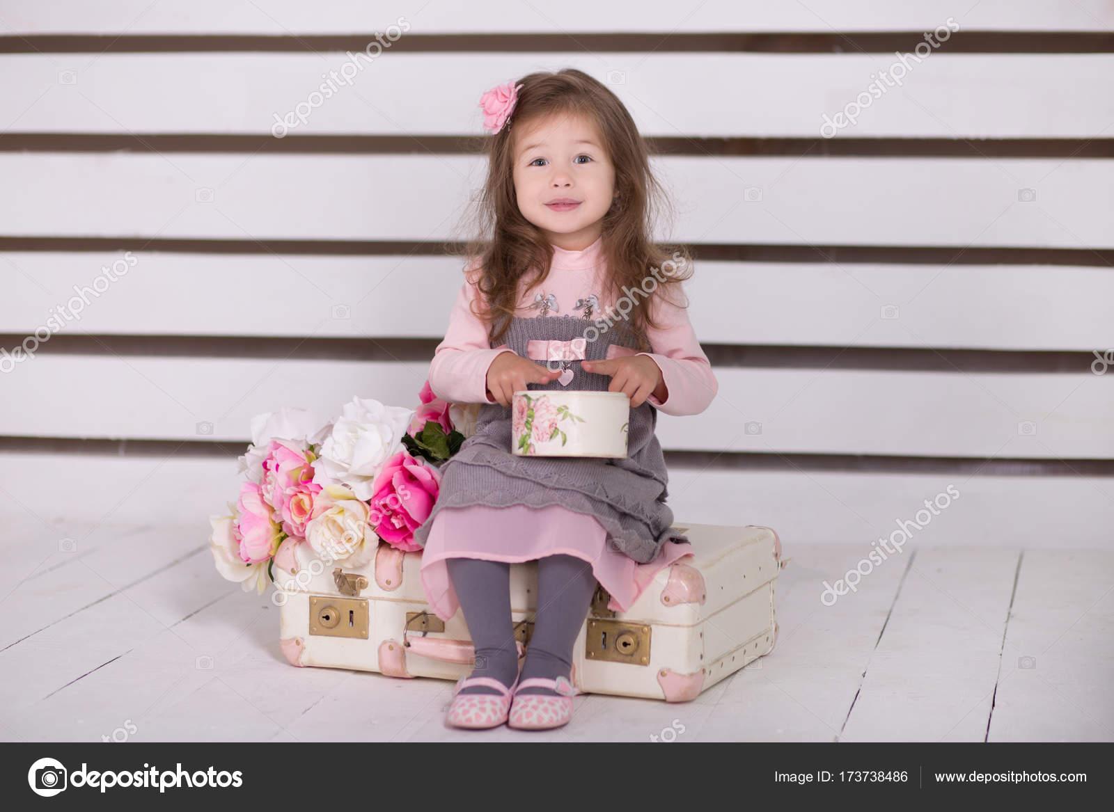 347f9161c7e Pipin dívka s pout rty stylově oblečený v růžových šatech šedé příjemně  usmívat