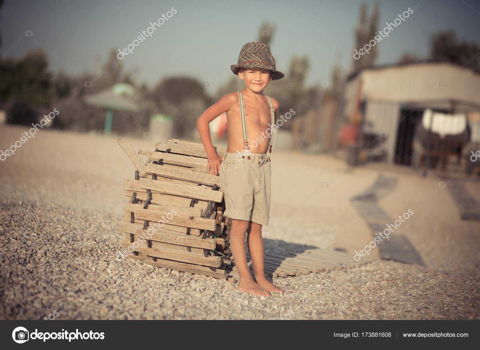 Aranyos régi stílus fiú gyerek gyaloglás 089e3ee281