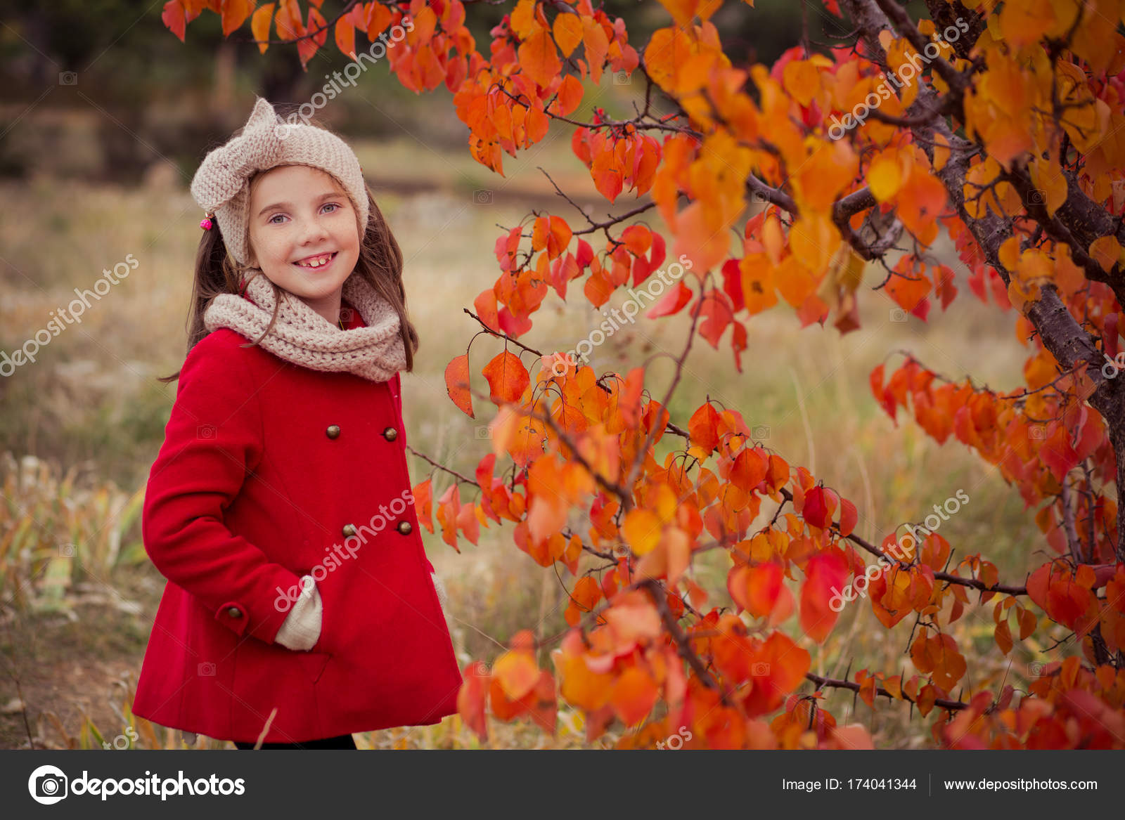 Vestido azul abrigo rojo