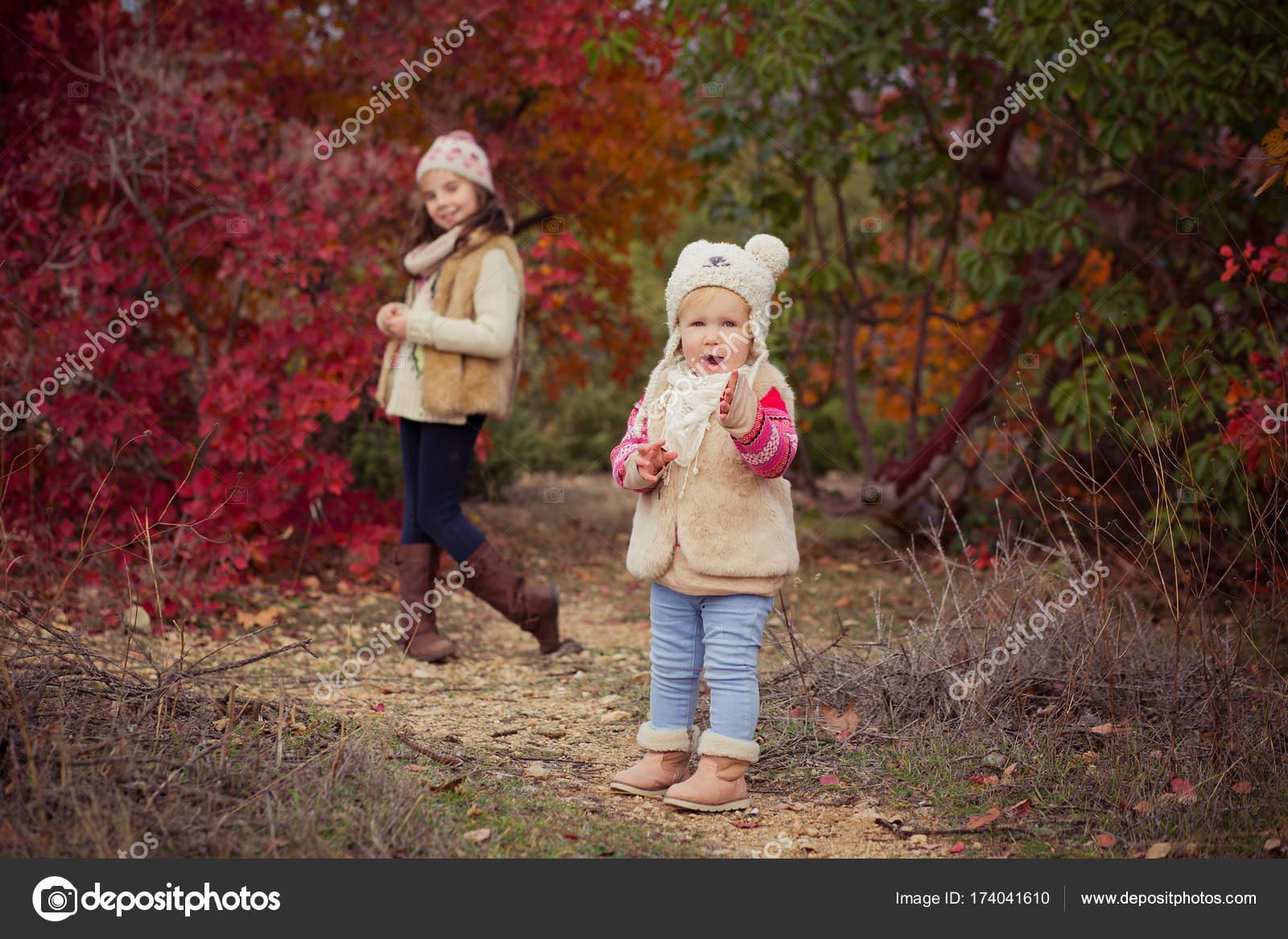4536406563a Μωρό μόδα κορίτσια αδελφές κομψά ντυμένη brunnette και ξανθιά φορώντας  ζεστό μπουφάν Φθινοπωρινά Ρούχα, ποζάρει