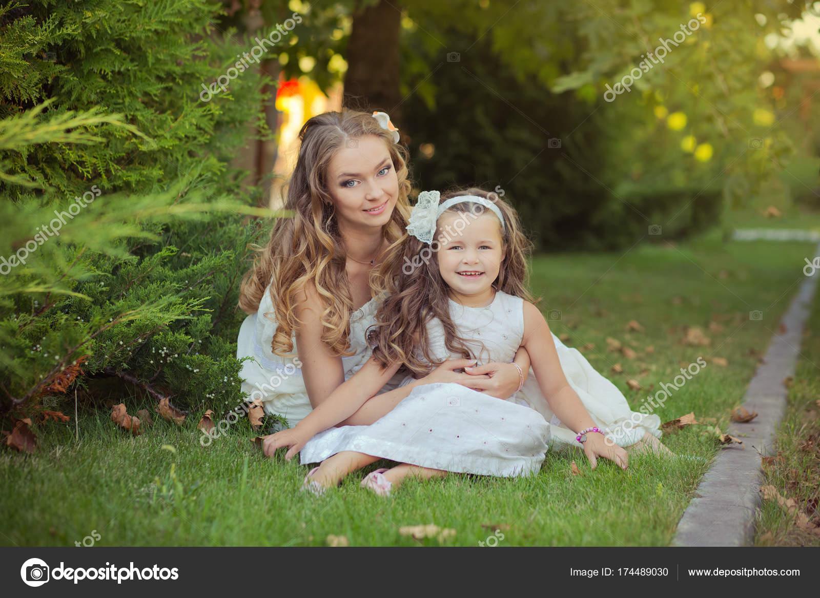 Zwei Schwestern blond Kastanien blaue Augen Lady Mädchen posieren ...