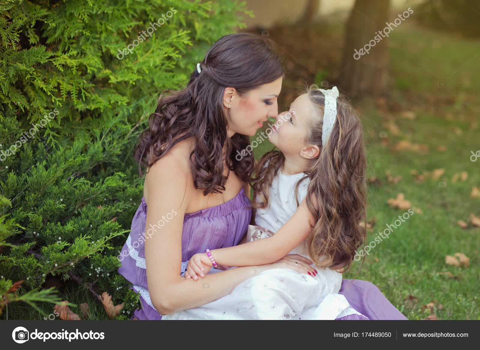 Zwei Schwestern Freunde Kastanien brünett blaue Augen Frau Mädchen ...