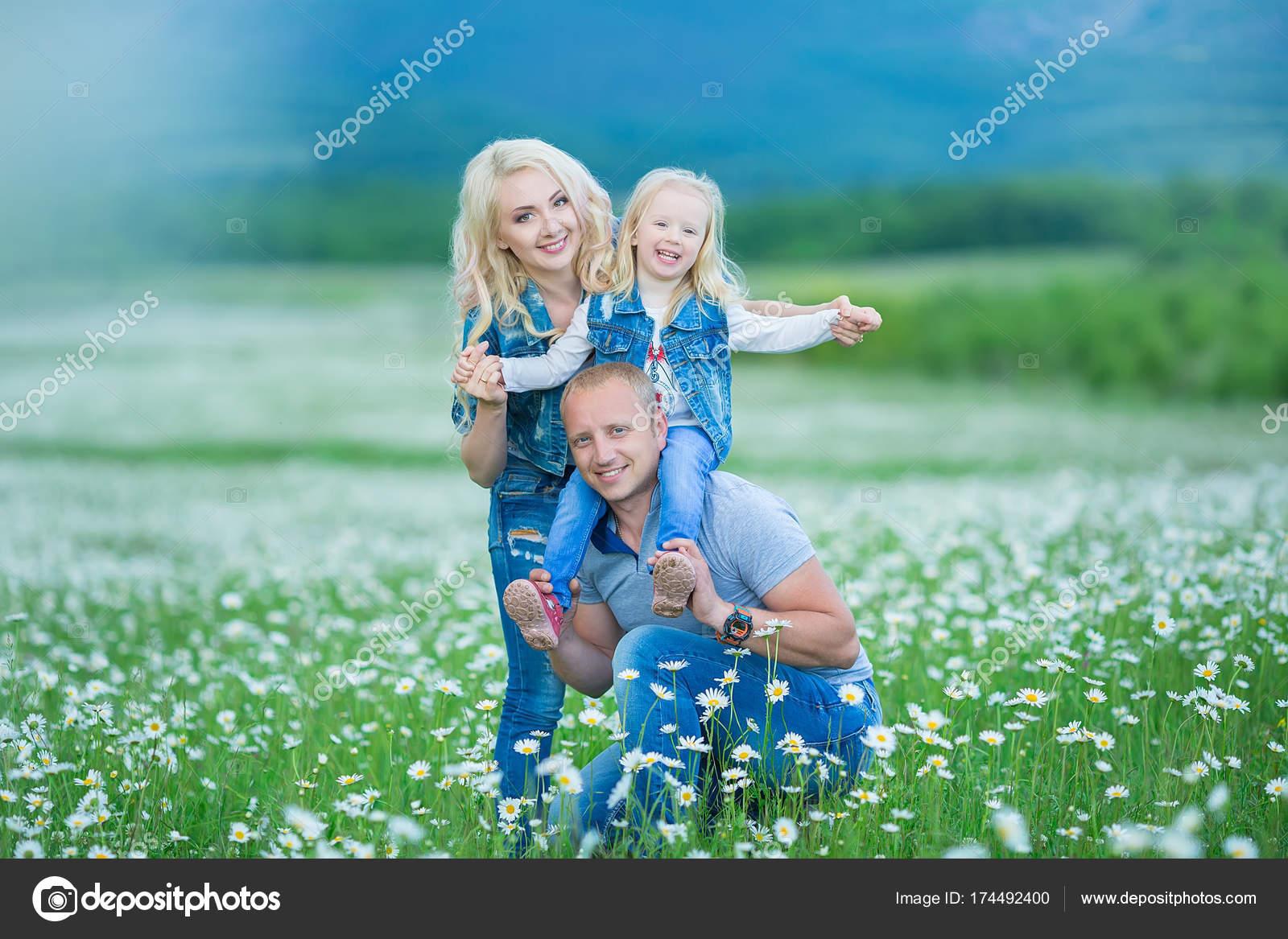 8705a8fcb712 glückliche Familie Spaß im Freien. Porträt von happy Family im Lande ...