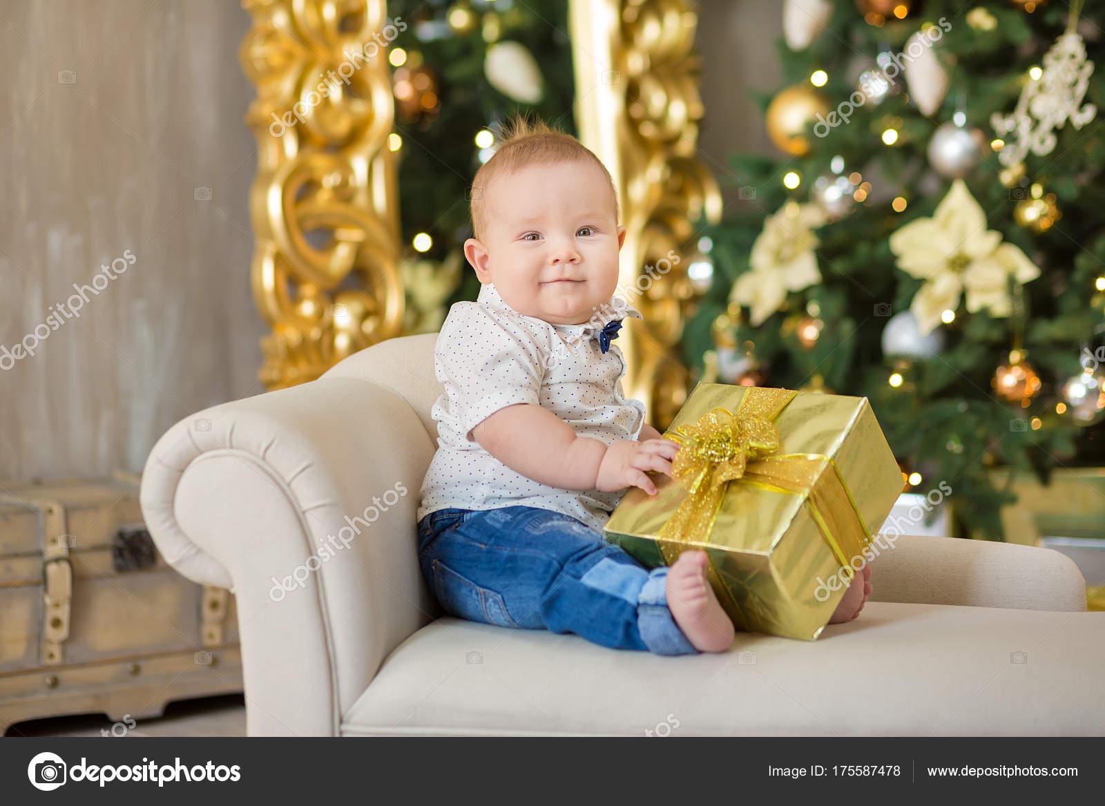Szép kis baby boy ünnepli a karácsonyt. Újévi ünnepek. Baba karácsonyi ruha  alkalmi ruhák b1f3202200