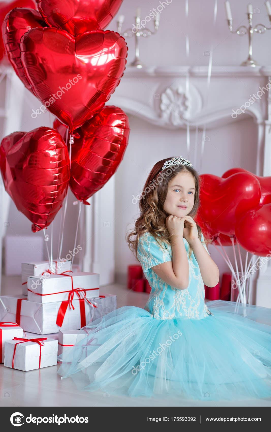 Niedliche Mädchen feiert Geburtstag zusammen in der Nähe von rote ...