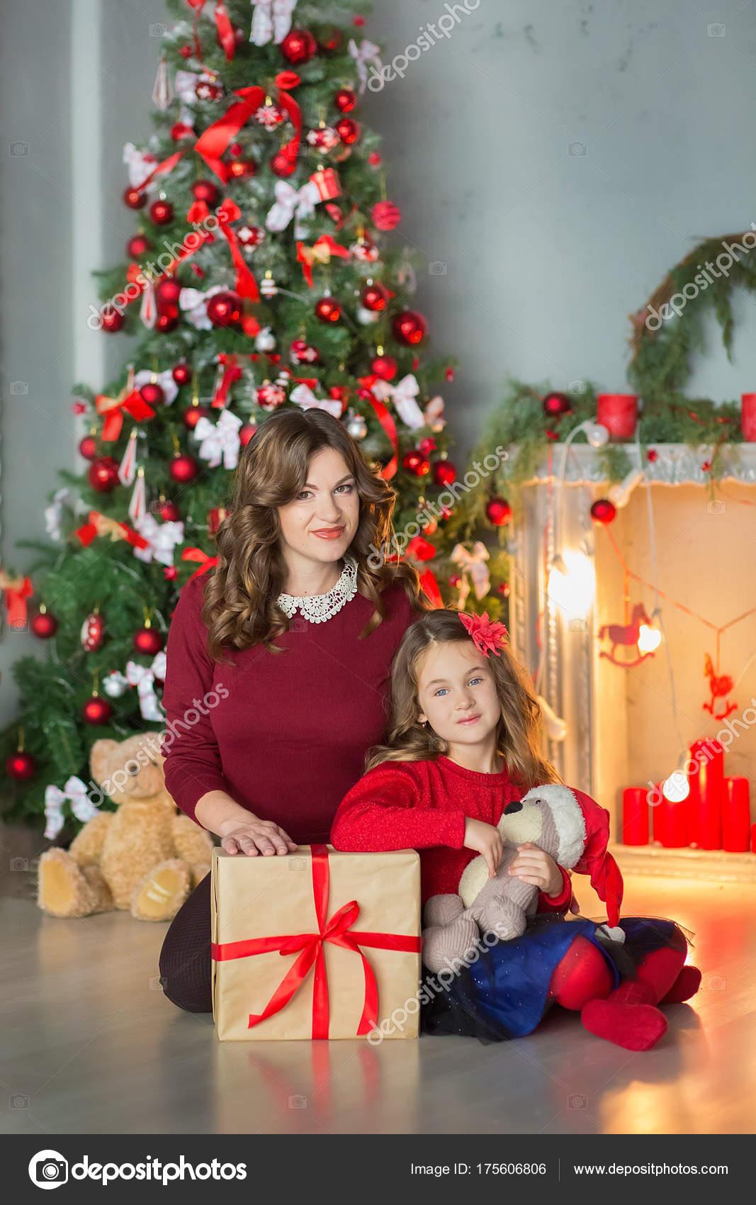 Regali Di Natale Famiglia.Famiglia Alla Vigilia Di Natale Al Camino Bambini Che Aprono I
