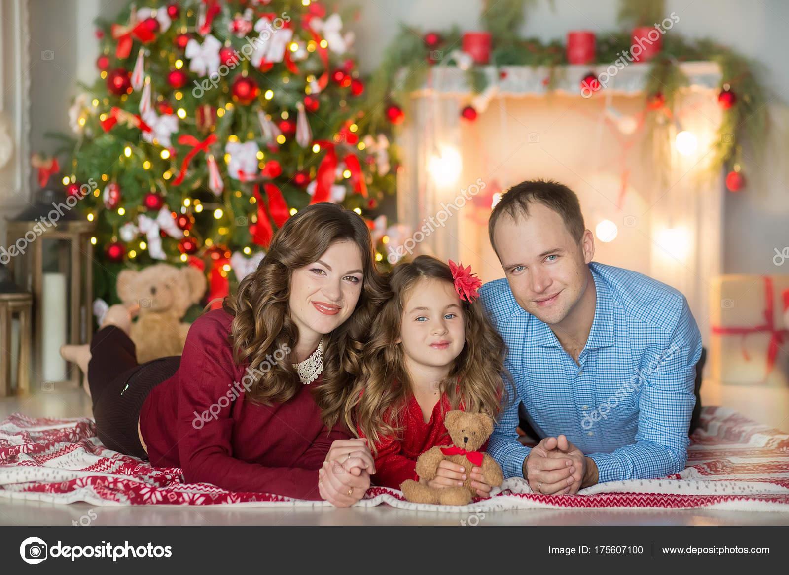 Geschenkideen Familie Weihnachten.Familie Am Heiligabend Am Kamin Kinder Weihnachten Geschenke öffnen