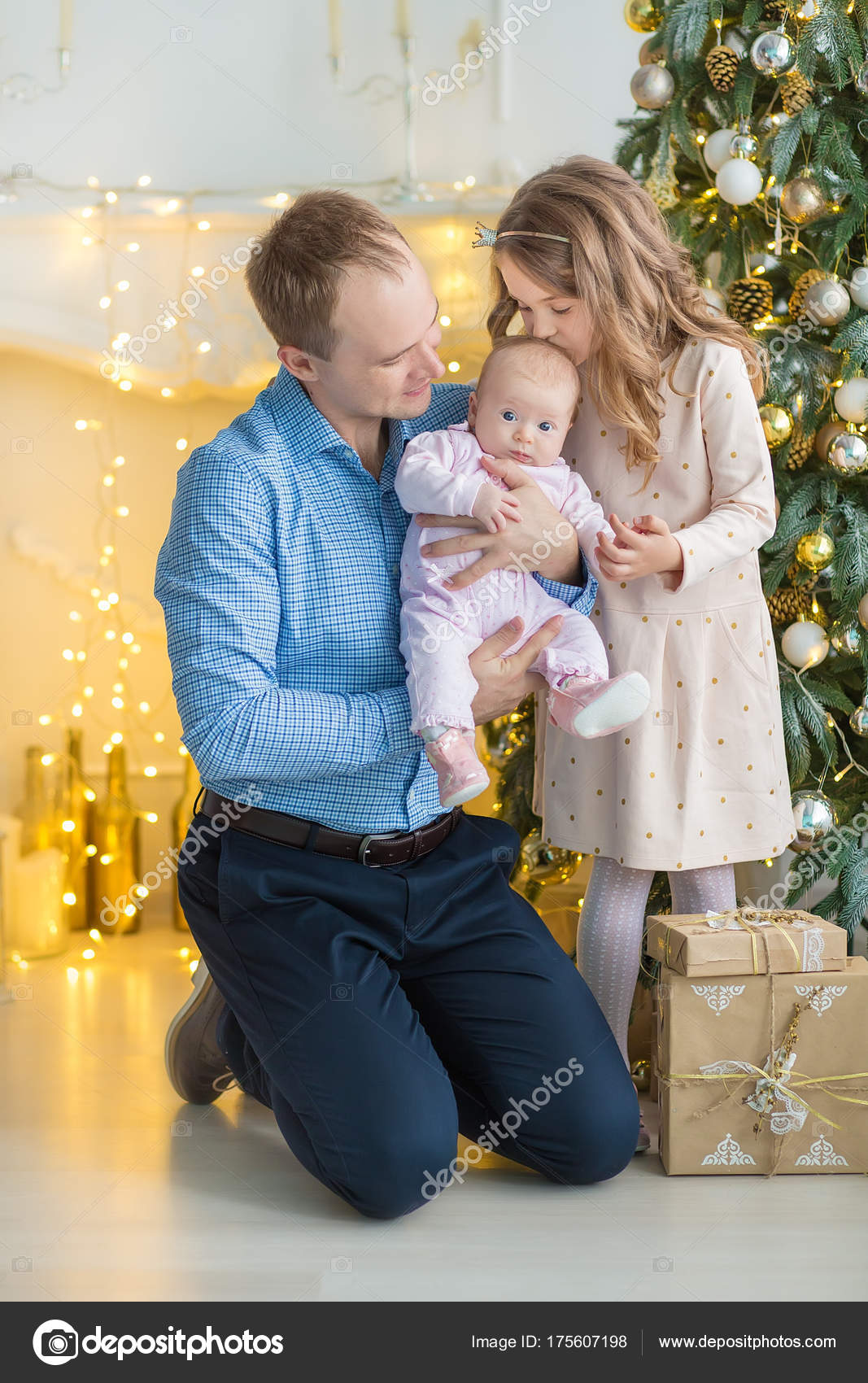 Familie am Heiligabend am Kamin. Kinder Weihnachten Geschenke öffnen ...