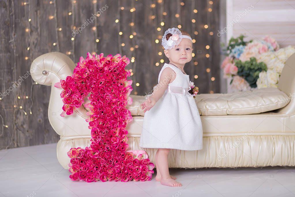 Bebê Bonito Menina 1-2 Anos De Idade Sentado Na Chão Com