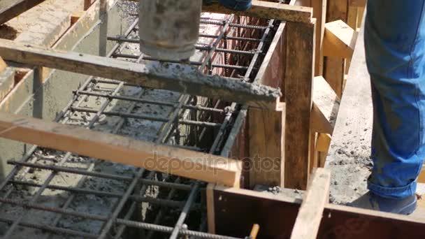 Dolgozik az építkezésen, hogy öntse az Alapítvány konkrét nyomás alatt