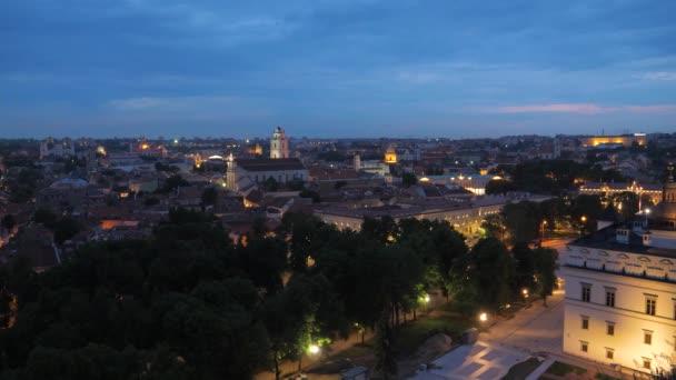 Večerní pohled historického centra Vilniusu krásnou architekturu osvětlené domy