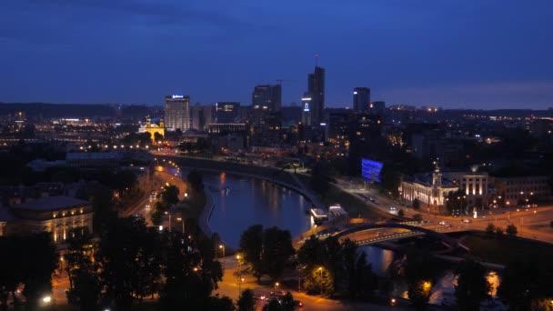 Večerní pohled centrum Vilniusu s moderní vysoké budovy, osvětlení silnice
