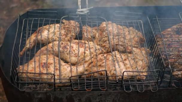 Gegrilltes Hühnchen wird auf heißen Kohlen viel Rauch gekocht