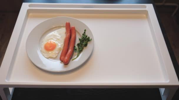 Pohled shora na stůl dát snídani míchaná vejce s párky, džus, ovoce