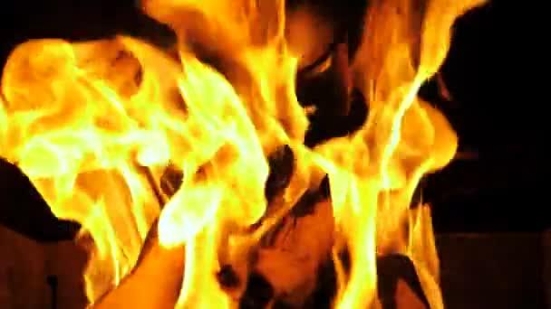 Tűz ég, kandalló, lángok és égő fa, szuper lassú mozgás 180 Fps