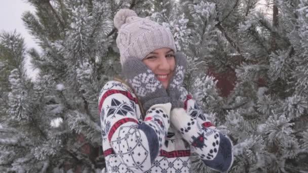 Portrét docela veselá žena baví v zimě na zasněžený den, pomalý pohyb