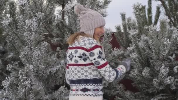 Portrét hravá mladá žena baví v zimě Onsnowy den, zpomalené 4k