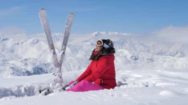 Lyžař vytahujete sníh ve vzduchu, zvyšuje její nohu a spadá na sněhu