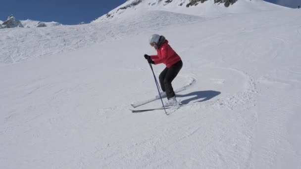 Žena lyžař začátečník zatáčení vpravo a vlevo na sjezdovce a sotva neklesla