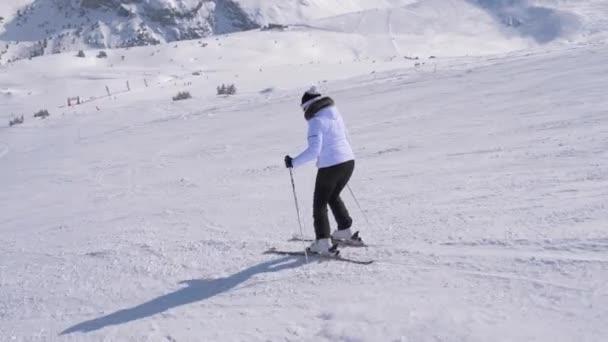 Sportovní Žena lyžař profesionálně řezbářských svahu v horách