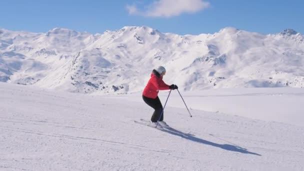 Skirennläuferinnen carven im Winterskigebiet die Piste hinunter