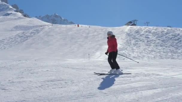 Žena lyžař, v zimě lyžování na svahu v horách