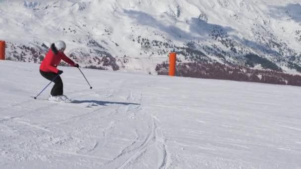 Záběr ženy lyže Carving po svahu v lyžařském středisku hory v zimě