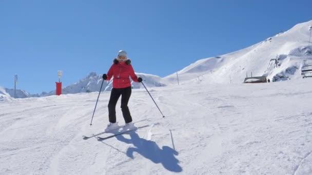 reife dicke Frau alpine Skirennläuferin professionell carven den Hang in den Bergen