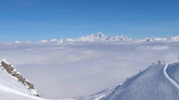 Úchvatné výhledy z zasněžené hory a mraky údolí