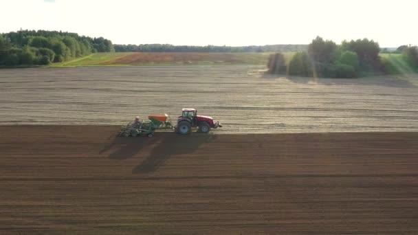 Traktor szántás mező vagy ültetés gabona ellen napsütés a Sunset Aerial View