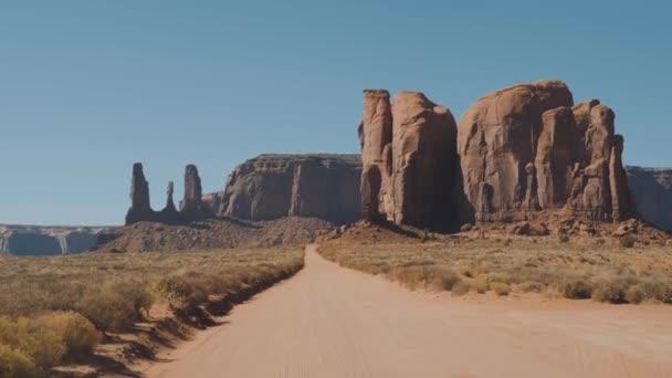 Jízda na Dusty Dirt Road v poušti mezi červenými kameny Buttes Of Monument Valley