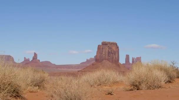 Západní Rock Monolith Butte Orange Red Color v poušti Monument Valley Usa