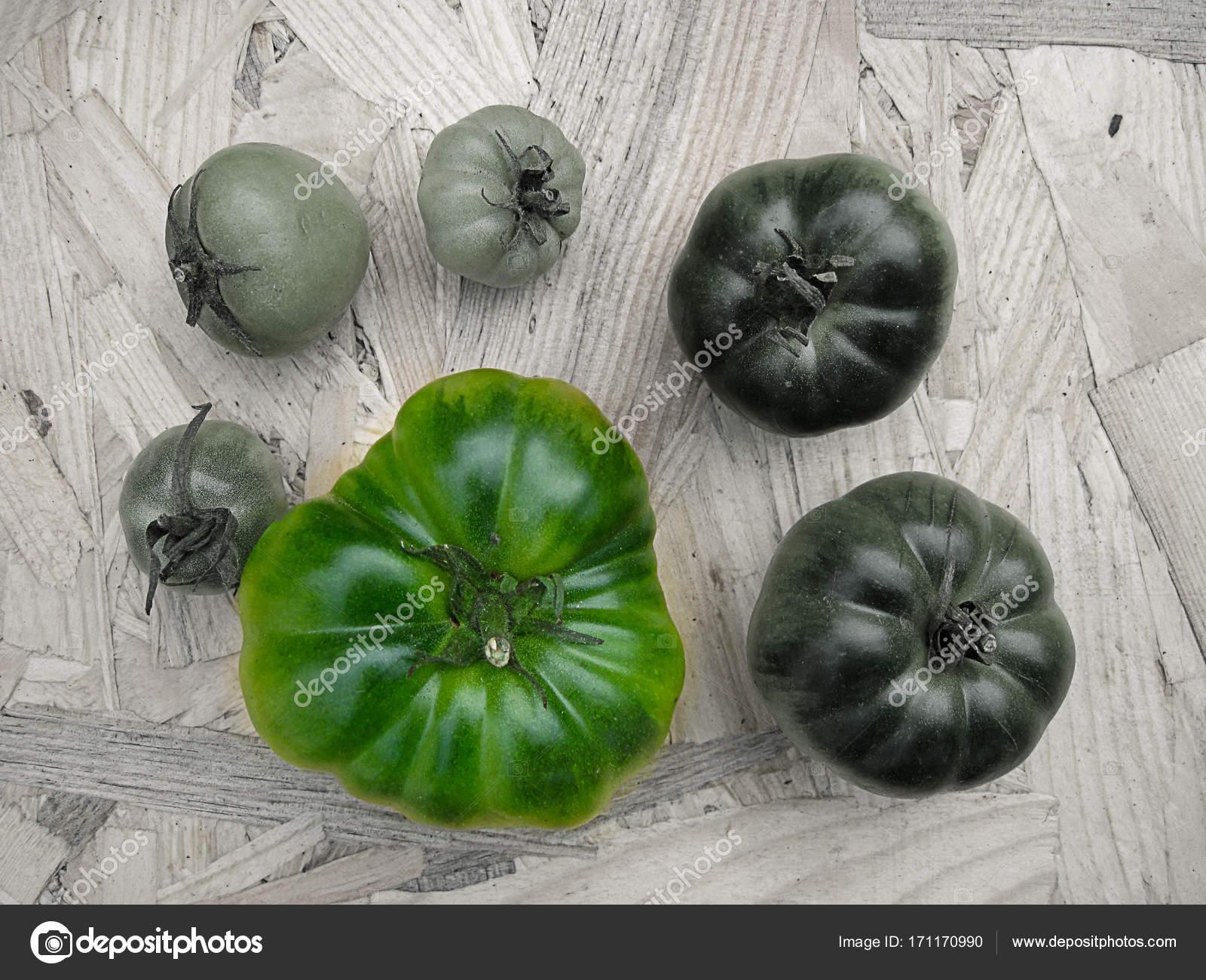 Tomates en una tabla de colores de contraste verde, rojo, Bw — Fotos ...