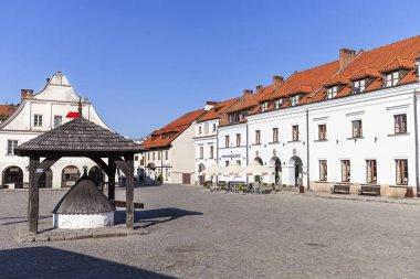 Market in old city of  Kazimierz Dolny at Vistula river, wooden well, Kazimierz Dolny, Poland
