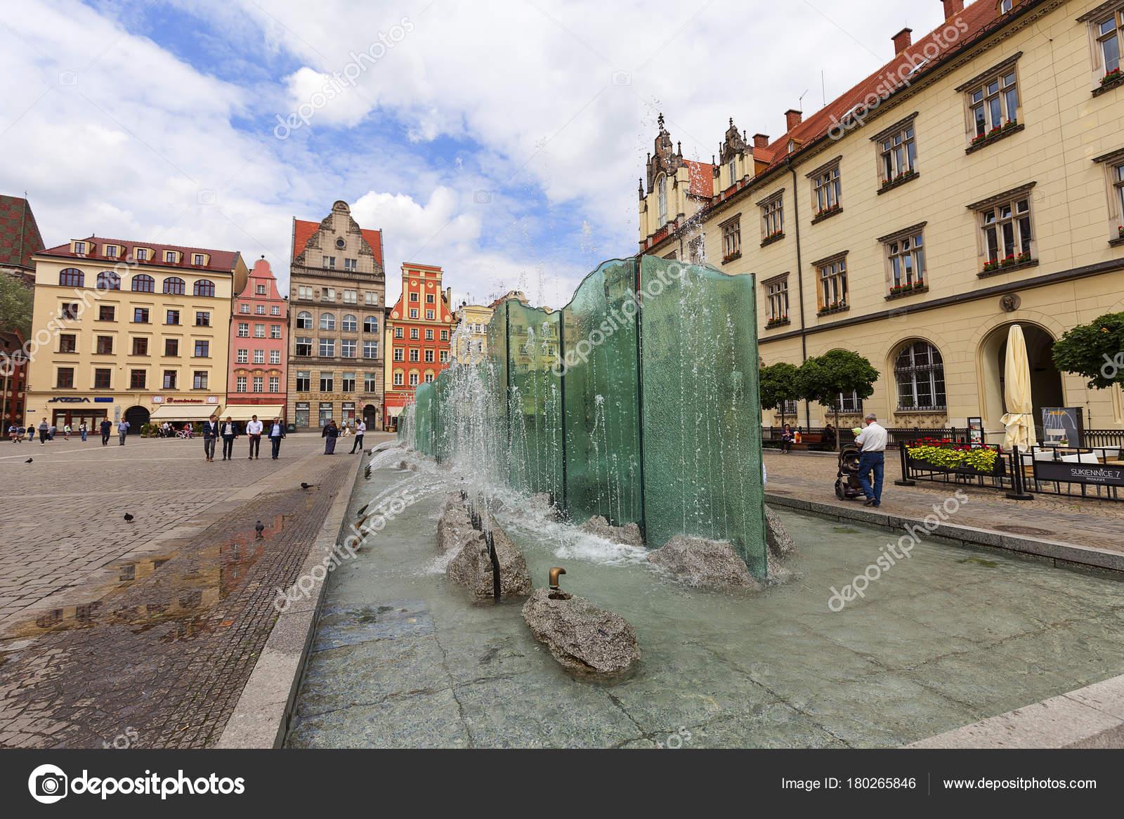 02caf05487 Piazza del mercato con la fontana moderna, Wroclaw, Polonia– Fotografia  Editoriale Stock