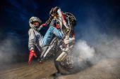 Fotografia Moto rider fare una bravata sulla sua moto